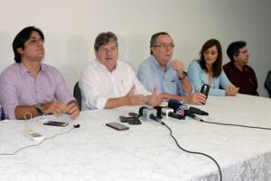 João Azevêdo (camisa branca) concede entrevista